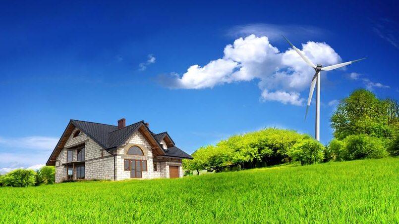 Une éolienne a coté d'une maison