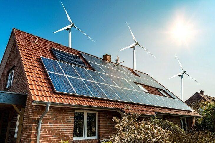 Des éoliennes et panneaux solaires sur le toit d'une maison