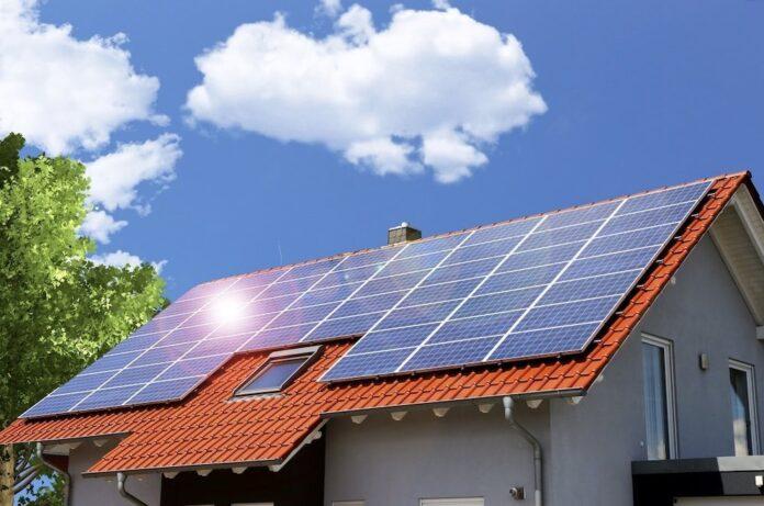 Maison avec des panneaux solaires photovoltaïques